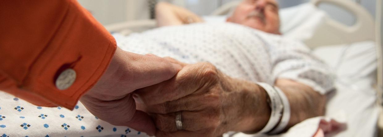 ziekenhuisbed hand vasthouden