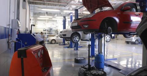 Garage met 2 autos op de hefbrug