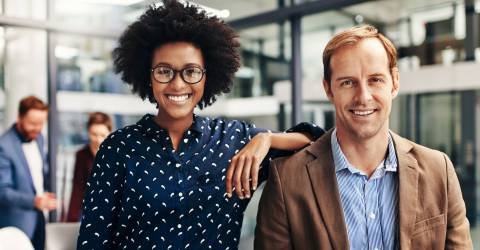 twee blije zakenpartners